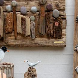 Værkstedsgalleriet med drivtømmer, glas, sten og ord